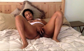 lustful-caramel-mom-lies-on-the-bed-and-fingers-her-peach